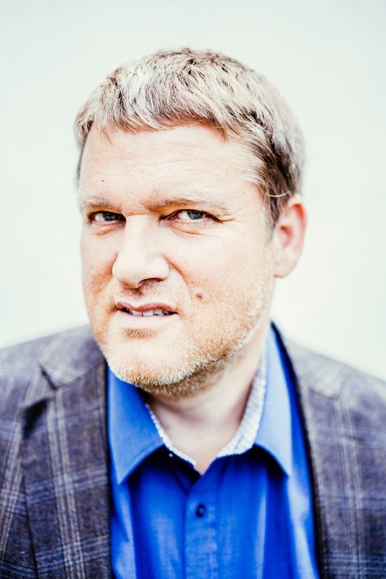 Ivan Van de Cloot: 'Media focussen te veel op schandalen. Een schandaalboek schrijven is heel gemakkelijk. De pers moet ook vaker onzin durven te doorprikken.' Beeld © Stefaan Temmerman
