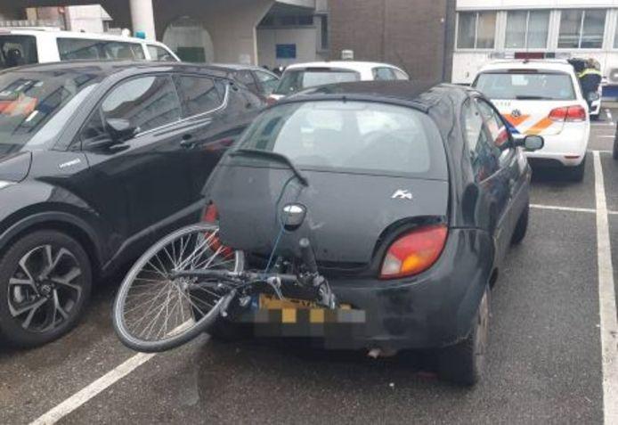 De Ford Ka met de in Didam gestolen elektrische fiets. Twee Arnhemmers zijn op de Oost Singel in Duiven aangehouden.