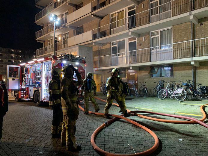 De brandweer schaalde direct op vanwege de aanzienlijke rookontwikkeling.