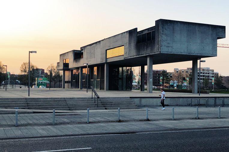 Het brutale betonnen bijgebouw aan het justitiegebouw. Beeld Freek Evers