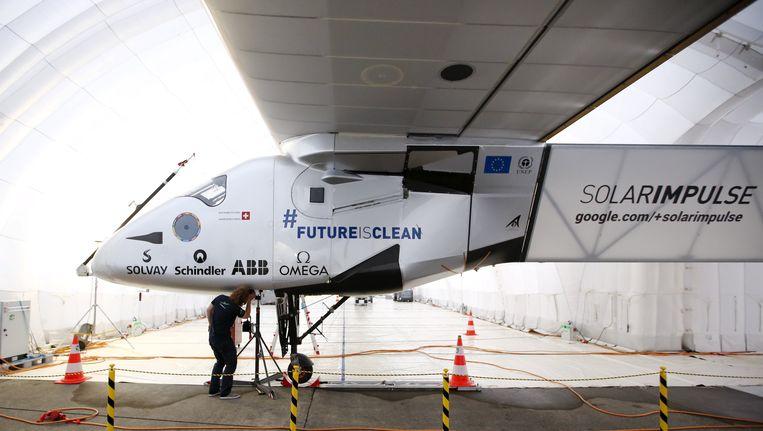 De Solar Impulse 2 staat voorlopig geparkeerd in een hangar op de luchthaven van Nagoya in Japan. Beeld REUTERS