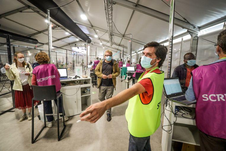 Vaccinatiecentrum Park Spoor Oost in Antwerpen. Beeld Pieter-Jan Vanstockstraeten / Photo News