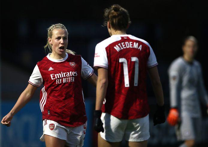 Beth Mead juicht met Vivianne Miedema na de 1-0 in de 86ste minuut.