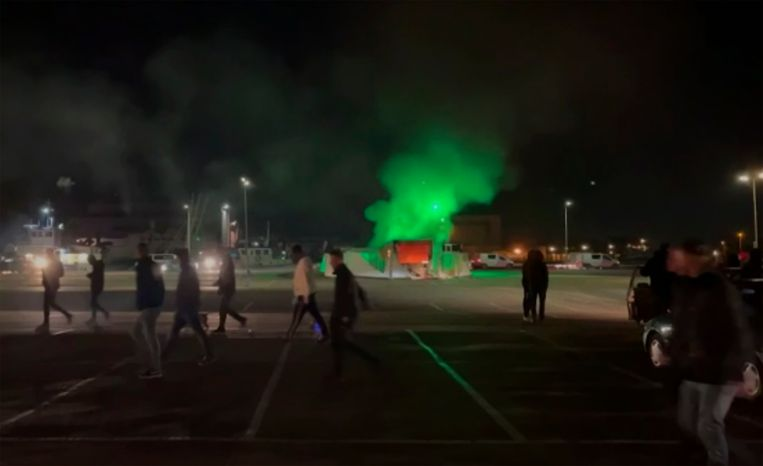In Urk werd zaterdagavond de coronateststraat van de GGD in brand gestoken. Beeld AP