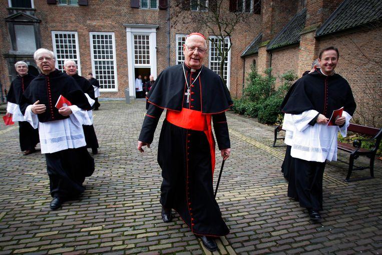 Kardinaal Adrianus Simonis verlaat de kerk bij zijn officiele afscheid als aartsbisschop van Utrecht in 2007. Beeld Hollandse Hoogte/ANP, Robin Utrecht
