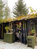 Paulen voor zijn zijn tuinhuis, achter zijn woning in Eindhoven.