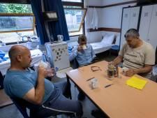 Roeien met de riemen die ze hebben bij azc in Budel: 'De norm is ruim 5 vierkante meter woonruimte per persoon'
