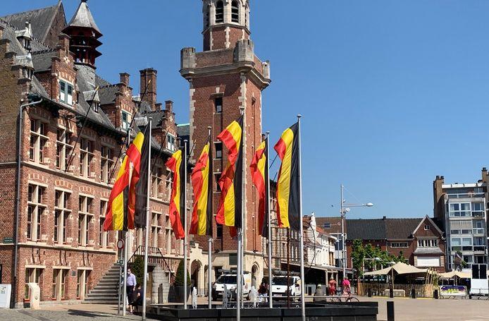 In het stadscentrum van Eeklo wapperen nu al Belgische vlaggen.