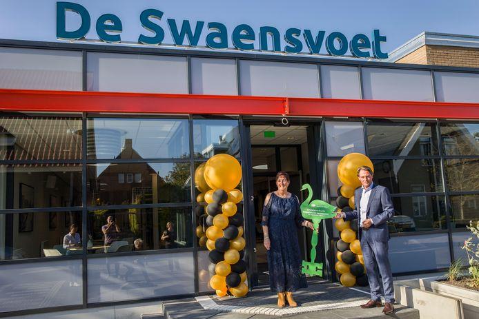 De renovatie van dorpshuis De Swaensvoet in Nieuw-Beijerland is voltooid. Wethouder Paul Boogaard heeft de sleutel overhandigd aan de  beheerder Cora Wennekes  foto: Arie Kievit