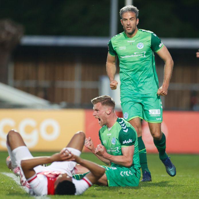 De Graafschap-verdediger Toine van Huizen zit juichend op de grond na zijn gelijkmaker tegen Jong Ajax (1-1).