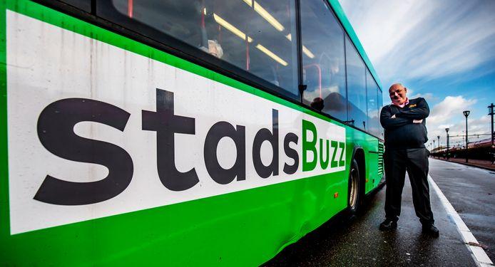 Buschauffeur Mario poseert trots bij de nieuwe bussen van Qbuzz.