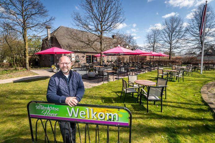 Peter Paul van Meerwijk bij zijn terras van de Strabrechtse Hoeve in Mierlo.