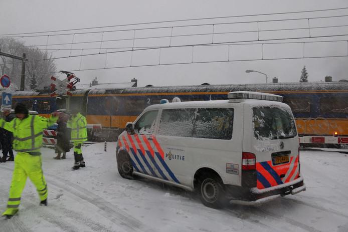 Een trein is in botsing gekomen met een autobestuurder in Velp.