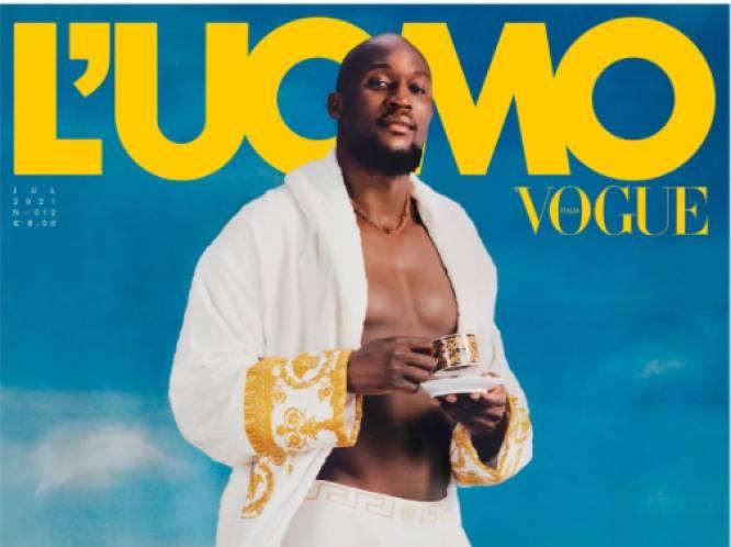 In badjas en met een koffietje: Romelu Lukaku schittert op de cover van 'Vogue Italia'