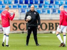 Chima Onyeike laat Willem II-spelers even 'het rood aantikken' tijdens de training