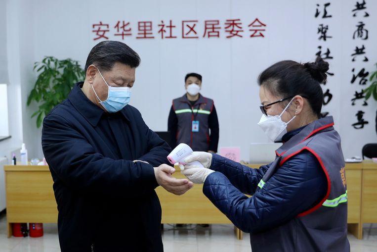 De president mét mondmasker liet maandag zijn temperatuur meten in een ziekenhuis in Peking.