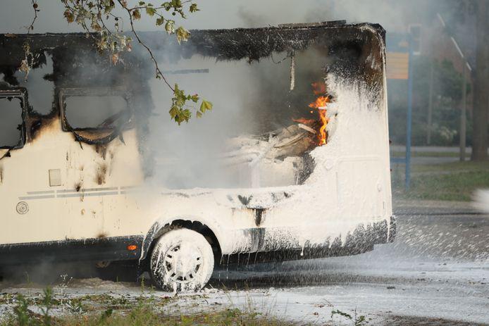 Camper en busje in brand aan de Schaafdries bij e oude brandweerkazerne in Ravenstein.