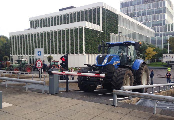 Boeren blokkeren met hun tractoren de in- en uitritten naar het parkeerdek van het Provinciehuis.