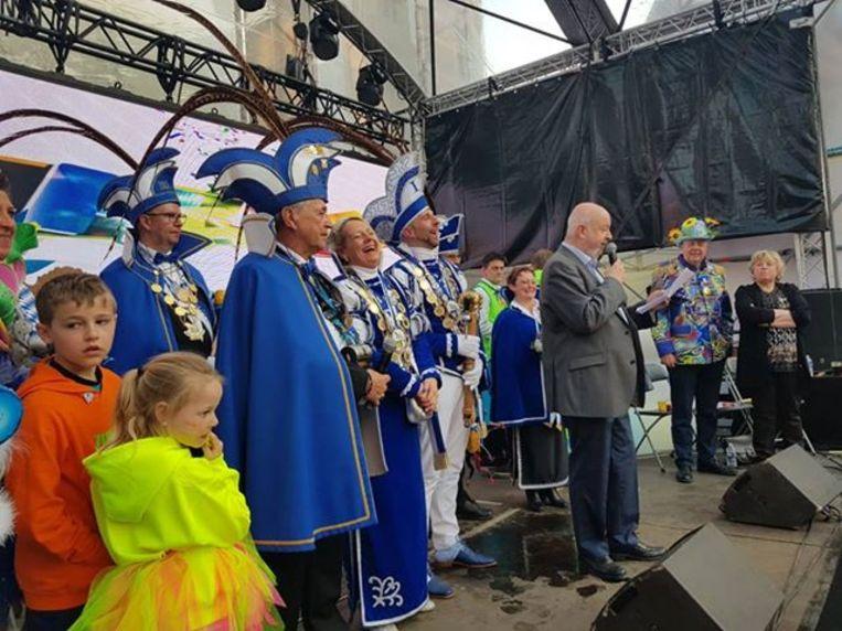 Burgemeester Snoeck draagt de macht over aan het nieuwe prinsenpaar.