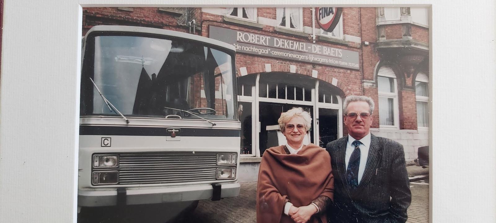 Robert Dekemel en zijn vrouw Marie-José De Baets voor een van de bussen van hun busmaatschappij.