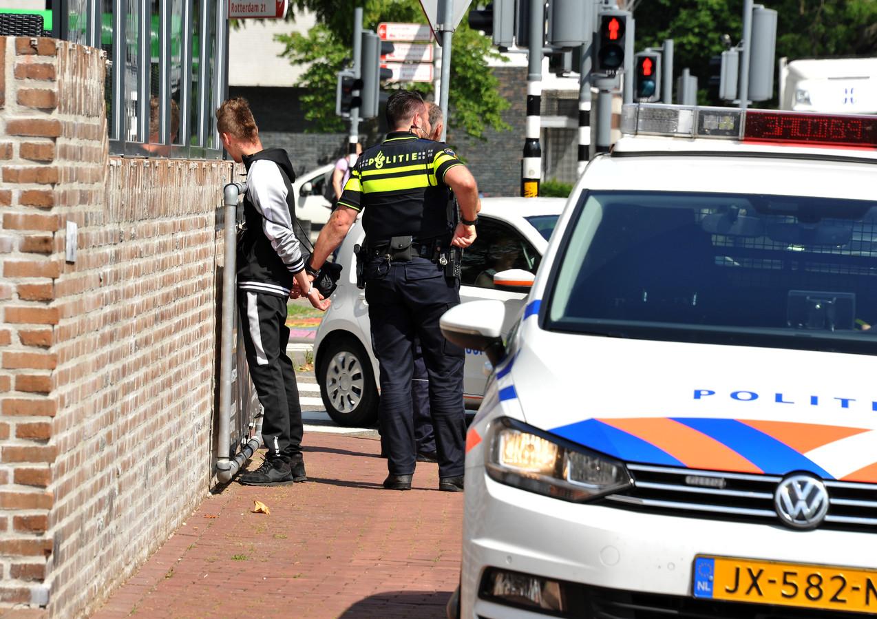 Agenten houden iemand aan op straat. Burgemeesters en agenten vrezen gezeul met arrestanten.