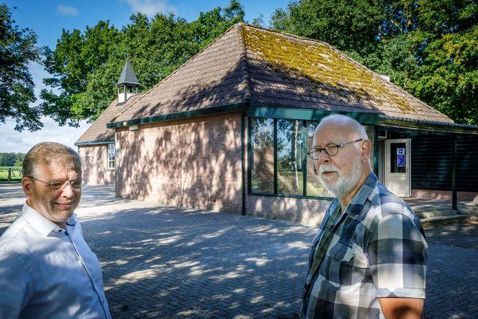 Dorpshuis De Ontmoeting in Eesveen kan toch worden verbouwd. Jan Willem Reilink (Dorpsbelang) en Bert Tissingh (De Ontmoeting 2.0) zijn daar blij mee.
