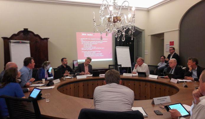 De raad van Breda vergadert over de gang van zaken rond De Lunet. Links (enigszins naar voren gebogen) wethouder Paul de Beer.
