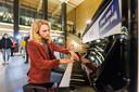 David Hordijk op de nieuwe stationspiano.