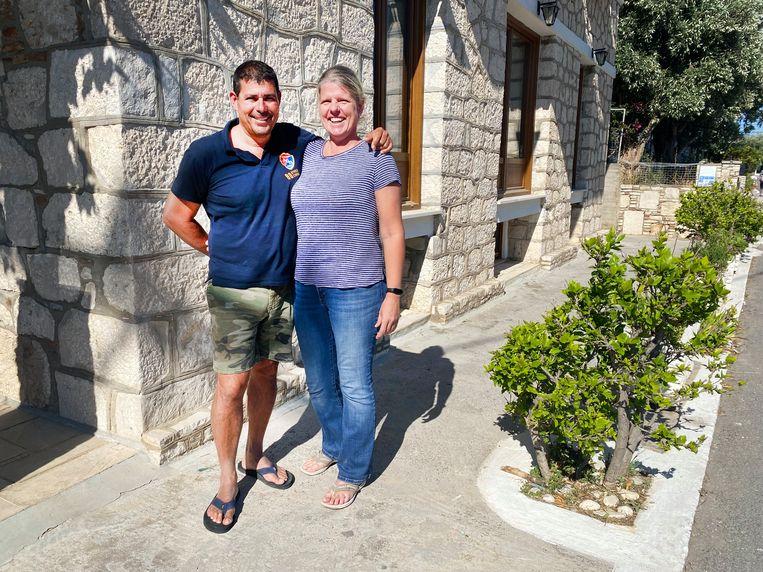 Titia en Giorgos Kontaxis voor hun hotel Pythaïs op Samos Beeld Thijs Kettenis