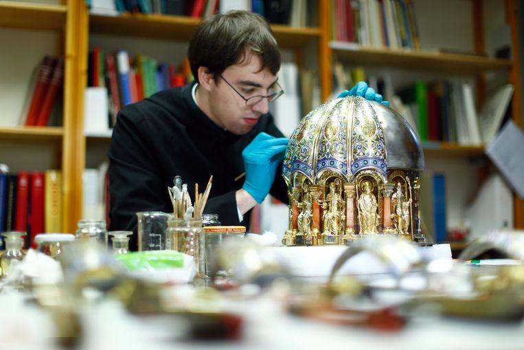 De schrijn waarin de botten van de heilige Corona worden bewaard, is uit de opslag van de Dom van Aken gehaald. Beeld REUTERS
