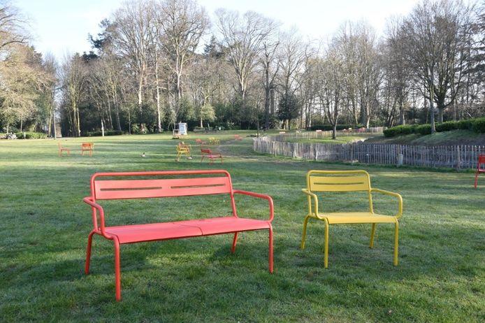De rode en gele banken in het Sint-Annapark.