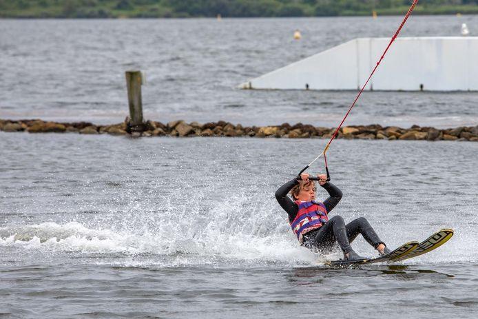 Achterover hangend aan de lijn weet Boris van Vliet uit Kamperland nog net overeind te blijven. Op de waterskibaan bij De Schotsman kreeg hij vrijdag zijn eerste waterskilessen.