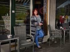 Hennie (57) sleepte haar zoon weg bij voetbalrellen: 'De stenen vlogen tegen m'n autoruit'