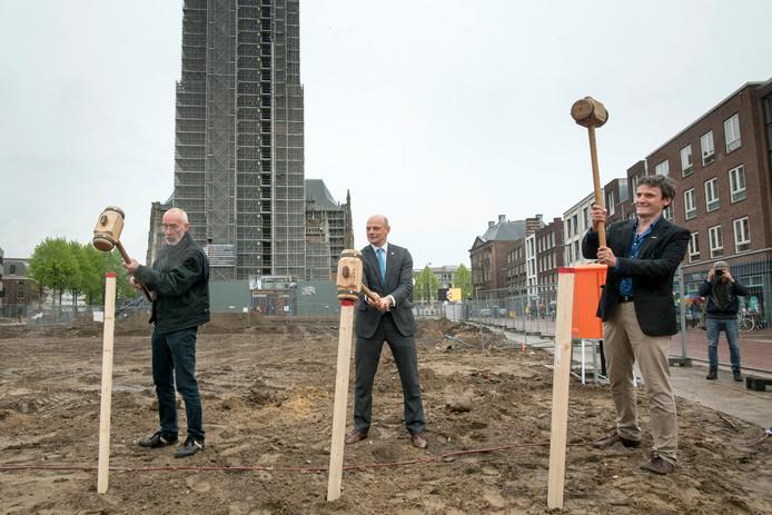 Startschot bouw van de bouw van Focus Filmtheater in mei 2017, met in het midden wethouder Elfrink. De bouw nadert zijn voltooiing.