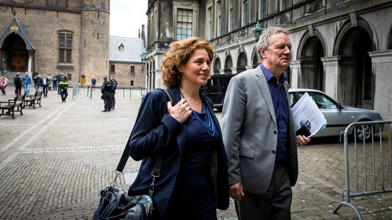 GroenLinks-Kamerleden Kathalijne Buitenweg en Bram van Ojik komen in april 2017 aan voor formatieonderhandelingen. De stukken van Van Ojik, die invalt voor Jesse Klaver, zijn zichtbaar. Beeld ANP