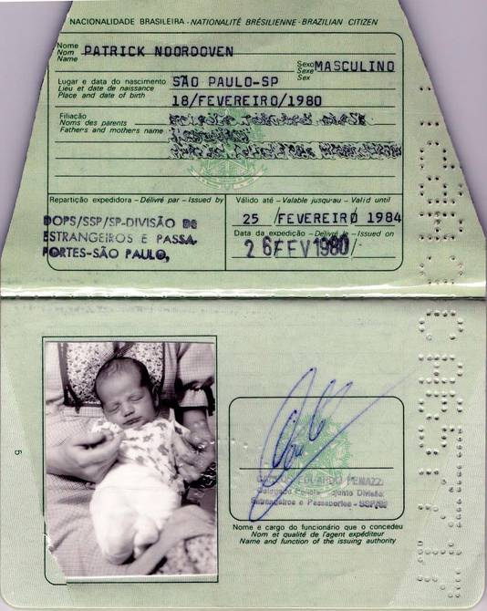 Het paspoort dat gebruikt is voor de illegale adoptie van Patrick Noordoven