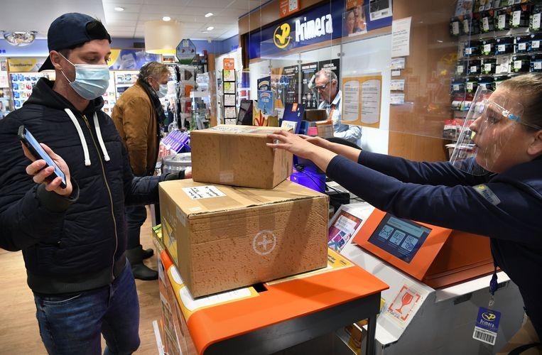Deze Primera in Den Bosch mag vanaf vandaag alleen postzaken afhandelen en geen producten verkopen als kranten, rouwkaarten en sigaretten. Beeld Marcel van den Bergh / de Volkskrant