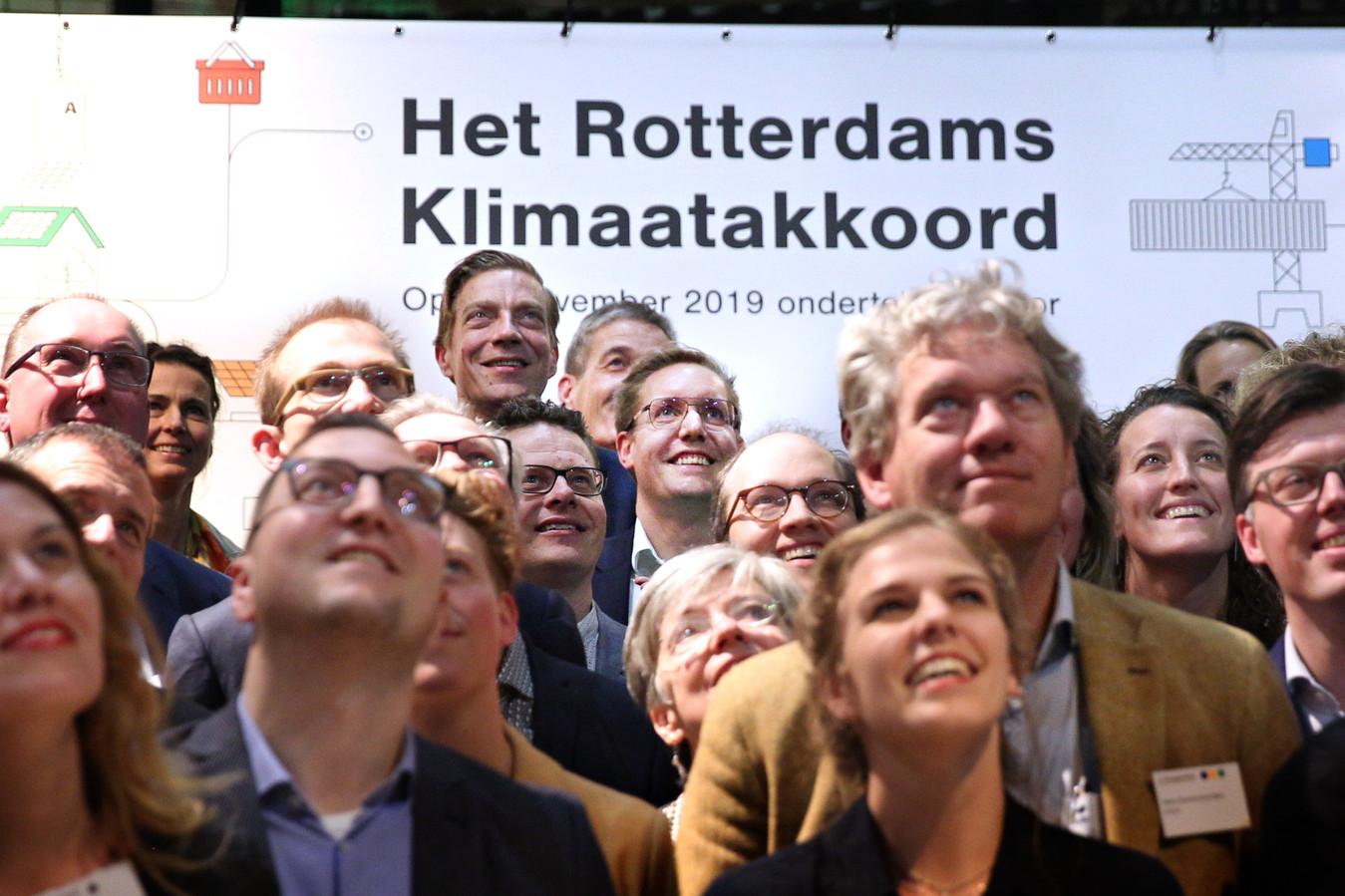 Arno Bonte (midden) bij een groepsfoto in 2019 ter gelegenheid van het Rotterdams Klimaatakkoord.