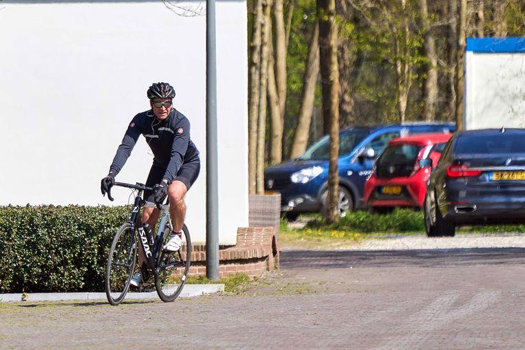 Minister Hugo de Jonge arriveerde zondag op de racefiets bij het Catshuis. Beeld EPA