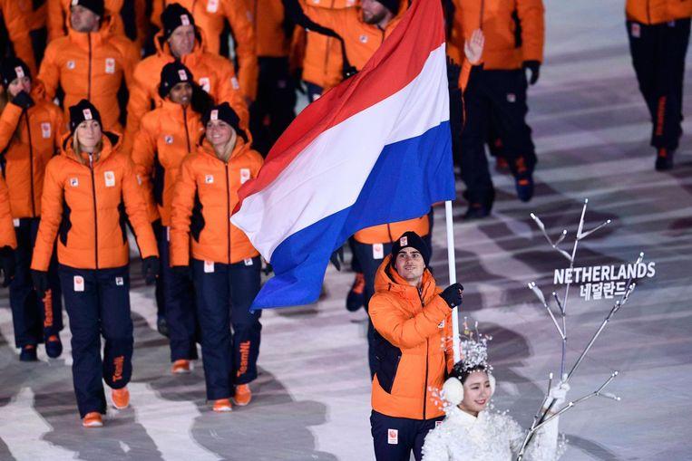 Onder leiding van vlaggendrager Jan Smeekens betreedt TeamNL het Olympisch stadion. Beeld ANP
