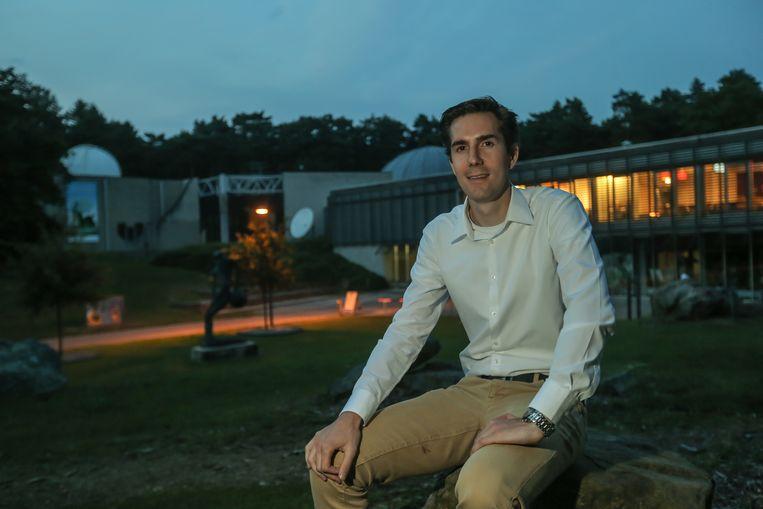 Ruben Geutjens aan de Cosmodrome in Genk. De jongeman heeft een passie voor lucht- en ruimtevaart.