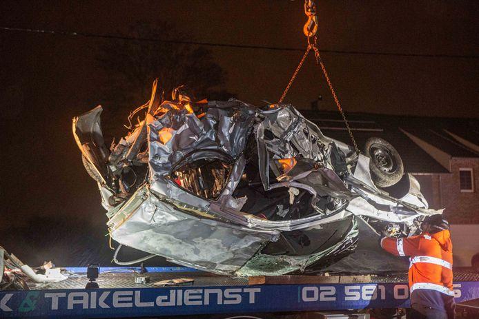 De verhakkelde Peugeot 206 van de slachtoffers.