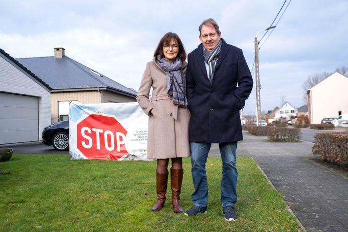 PUURS Noëla Verhofstadt en Marc Amelinckx van actiegroep 'Betere Buurt Puurs' vechten de komst van nieuwe windmolens in Ruisbroek aan