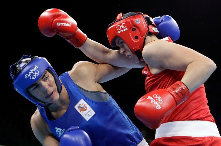 Nouchka Fontijn (in het blauw) bokste zich op de Spelen van Rio in 2016 naar een zilveren plak.  Beeld AP