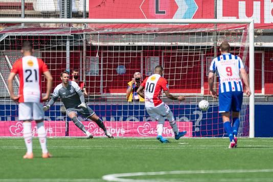 Sergio Pena schiet voor FC Emmen de strafschop binnen.