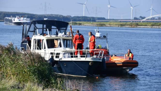 Motorjacht loopt vast in kanaal bij Rilland