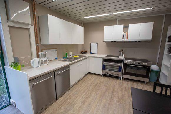 De keuken waar de gevangenen hun eigen eten moeten maken.