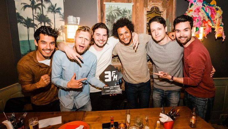 De Haarlemse band kreeg de award uitgereikt van 3FM-dj Domien Verschuuren Beeld 3FM
