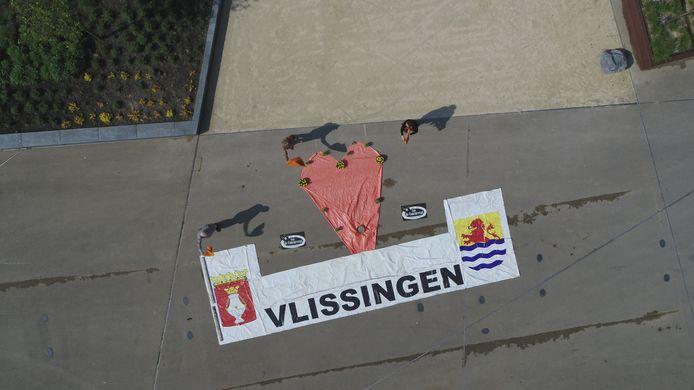De Vlissingse horeca-ondernemer Frans Meijer legde op het  een oranje hart van dekzeil boven het spandoek 'Vlissingen' ('hadden we nog van de Giro in 2010)'.