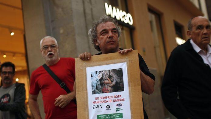 Protestactie gisteren bij een Mango-winkel in Malaga, Spanje, tegen bedrijven die gebruik maken van fabrieken met slechte en gevaarlijke arbeidsomstandigheden.